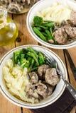 在乳脂状的蘑菇酱油的牛肉/小牛肉丸子 免版税库存照片