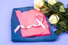 在乳腺癌的了悟的明亮的背景标志的桃红色丝带 免版税图库摄影