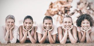 在乳腺癌awarness的行的微笑的妇女 免版税库存图片