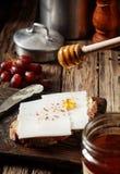 在乳酪三明治上的下毛毛雨的金黄蜂蜜 库存照片