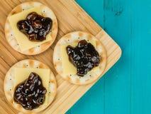 在乳酪和腌汁薄脆饼干以后晚餐点心的个体  免版税库存照片