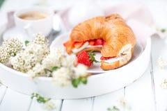 在乳酪和草莓中的新月形面包 图库摄影