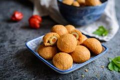 在乳酪和辣椒粉面团的被烘烤的橄榄 库存照片