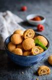 在乳酪和辣椒粉面团的被烘烤的橄榄 免版税库存照片