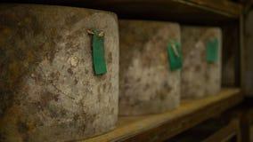 在乳酪大教堂被存放的许多乳酪轮子 库存照片