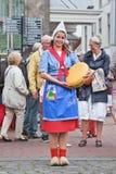 在乳酪市场,荷兰扁圆形干酪,荷兰上的传统加工好的女孩 免版税图库摄影