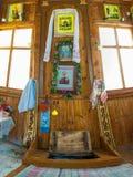 在了不起的受难者Paraskeva的圣洁春天的教堂里 库存照片