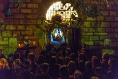 在了不起的星期五,人们在正统复活节- Vespers的庆祝时 免版税图库摄影