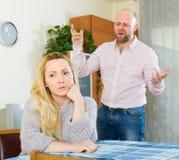 在争吵期间的恼怒的夫妇 免版税库存照片
