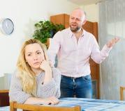 在争吵期间的恼怒的夫妇 库存照片