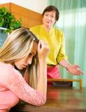 在争吵以后的母亲和成人女儿 免版税库存照片