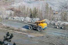 在事业的大卡车运输石头矿石 图库摄影