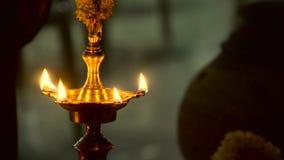 在事件期间的传统南印地安黄铜油灯喜欢乔迁庆宴,婚姻等 影视素材