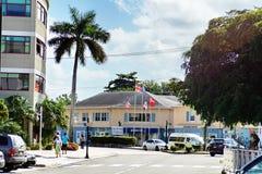 在事务前面的旗子在大开曼 免版税库存照片