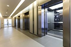 在事务的现代钢电梯客舱游说或旅馆,存放 库存图片