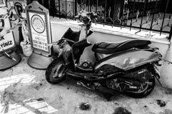 在事故以后的损坏的摩托车-土耳其 免版税图库摄影