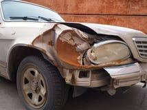 在事故以后的损坏的汽车 免版税图库摄影