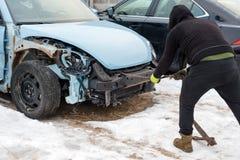 在事故以后的残破的汽车 自动崩溃,击毁以损伤伤害 街道,交通碰撞 残破的金属 automatics 免版税库存图片