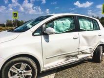 在事故以后的汽车在路 免版税图库摄影