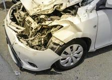 在事故以后的白色车祸和在t里面的引擎条件 免版税库存照片