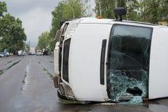在事故以后的被倒置的汽车 免版税库存照片