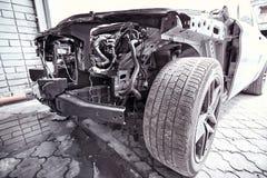 在事故以后,汽车被恢复在服务中心 库存图片