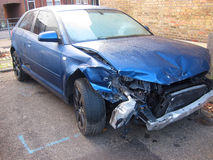 在事故的严重损坏的汽车。 免版税图库摄影