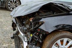 在事故,汽车前面看法以后的残破的汽车在爆炸以后的,准备好被废弃 免版税库存照片