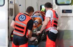 在事故以后的妇女在救护车里面 免版税图库摄影