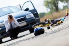 在事故以后的害怕的司机 免版税库存照片