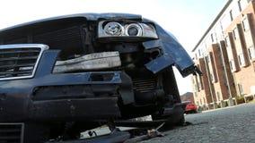 在事故以后的损坏的汽车在街道上 影视素材