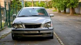 在事故以后的损坏的汽车 库存照片