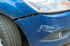 在事故以后的汽车与一台残破的防撞器 免版税图库摄影