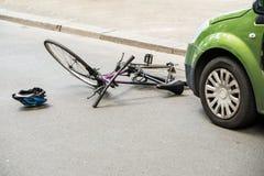 在事故以后的自行车在街道上 库存照片
