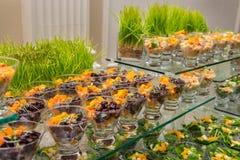 在事件承办酒席自助餐的健康春天水果沙拉开胃菜分类 库存照片