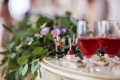 在事件的欢乐自助餐与沙漠、香槟和酒 软绵绵地集中 库存图片