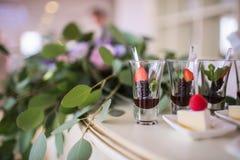在事件的欢乐自助餐与沙漠、香槟和酒 软绵绵地集中 免版税库存照片