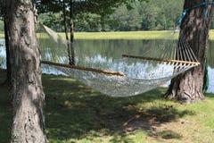 在二个结构树之间的一个吊床 免版税库存照片
