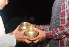 在二人的婚姻前修改他们的在印度婚礼的器物传统规则 库存图片