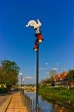 在蓝天背景的灯柱 库存照片