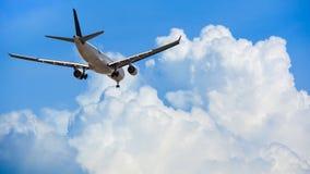 在云彩、旅行和transp上的豪华商业飞机飞行 免版税库存照片