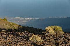 在云彩上的不可思议的日落在特内里费岛山在加那利群岛 库存照片