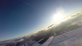 在云彩上的供给动力的滑翔伞 股票视频