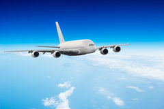 在云彩上的商业喷气机飞行 免版税库存图片