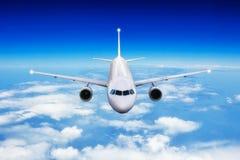 在云彩上的商业飞机喷气式飞机飞行在天光 图库摄影