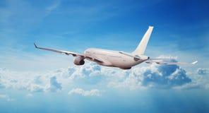 在云彩上的商业飞机喷气式飞机飞行 免版税库存照片