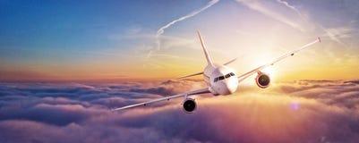 在云彩上的商业飞机飞行 库存图片