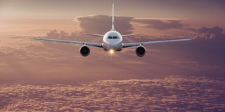 在云彩上的商业飞机飞行 免版税库存照片
