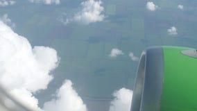 在云彩上的地平线视图从空中飞机 股票录像