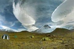 在云彩上的天使围拢我们 免版税库存照片
